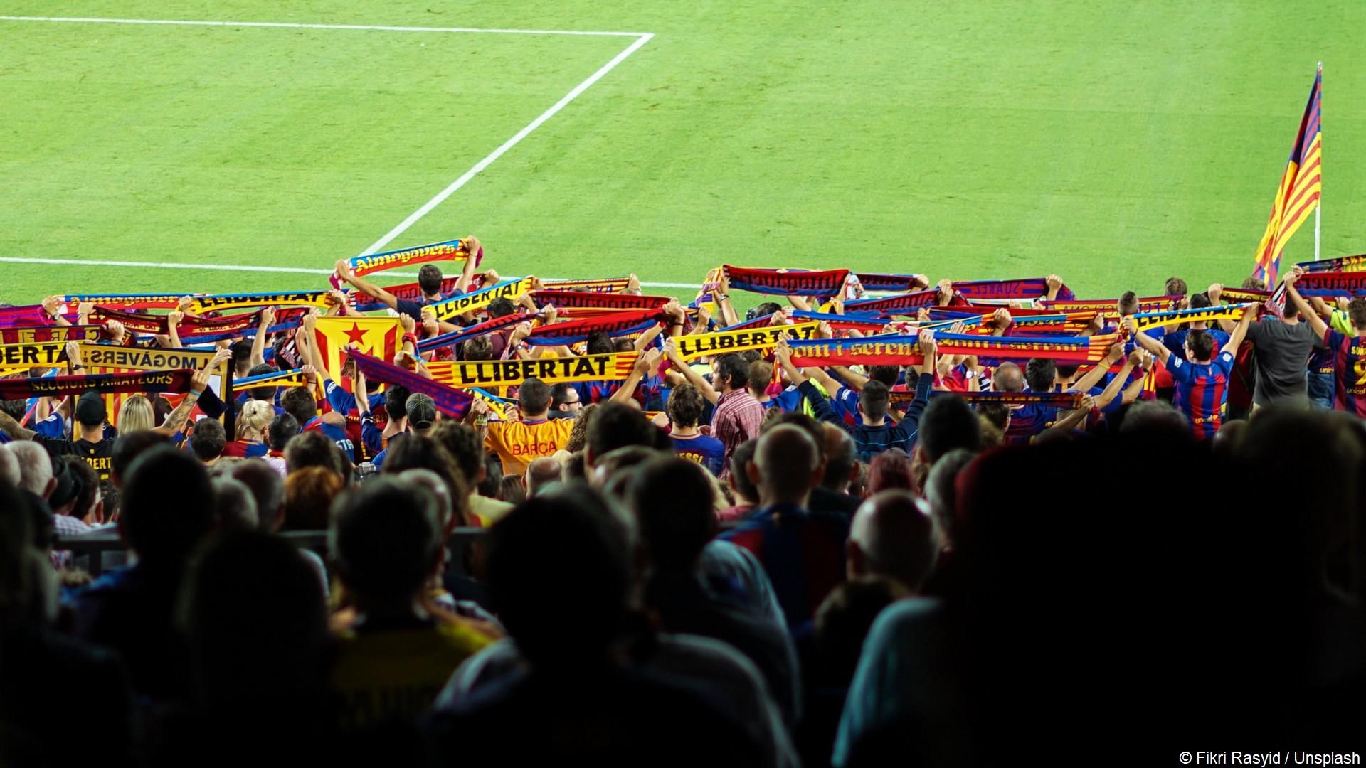 Suppoters football Barcelone (c) Fikri Rasyid Unsplash