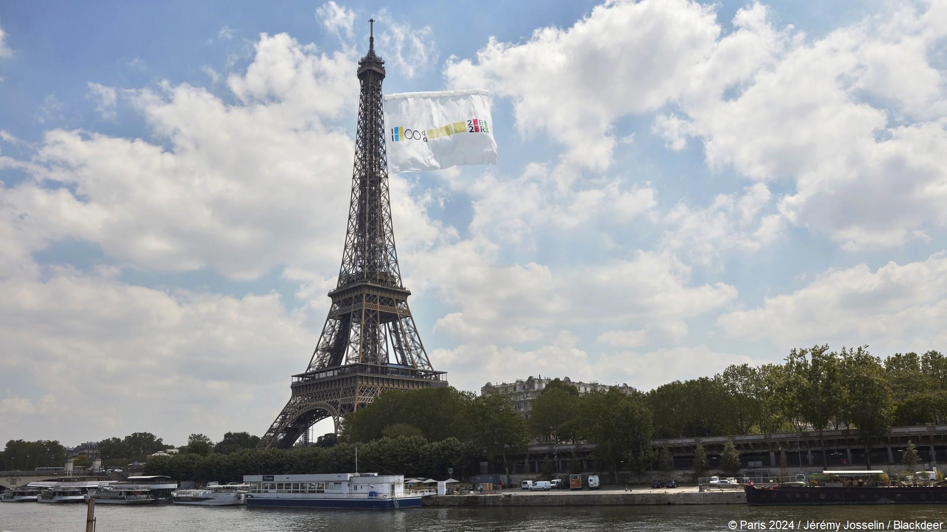 Tour Eiffel (1) Drapeau Paris 2024